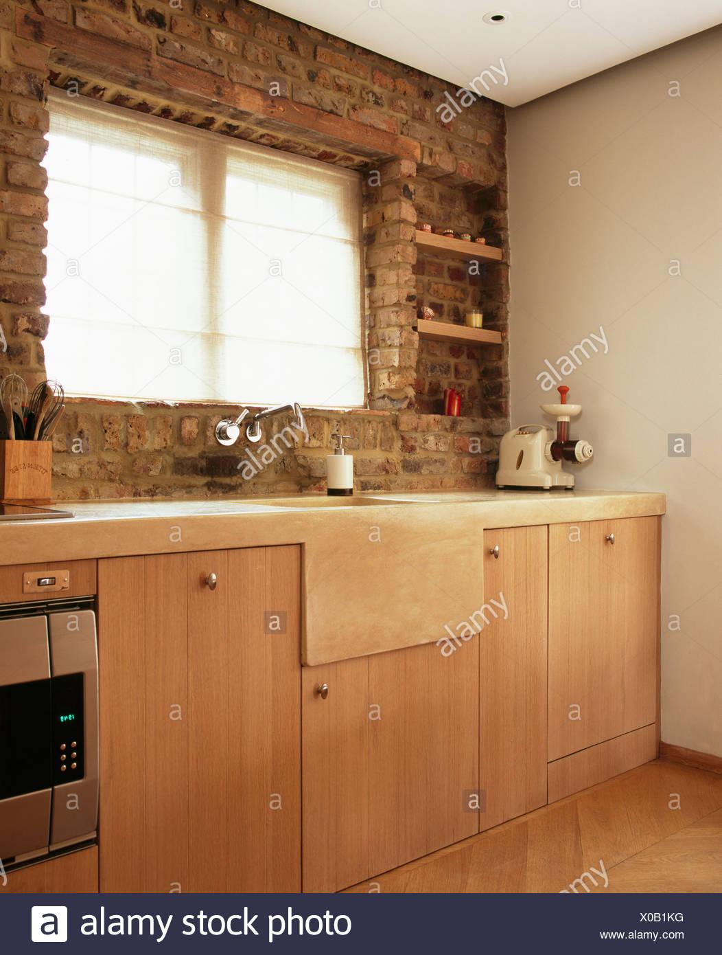 https www alamyimages fr dans la fenetre ci dessous evier en pierre mur en briques apparentes dans les pays modernes avec cuisine en bois clair sont equipees d unites image275608692 html