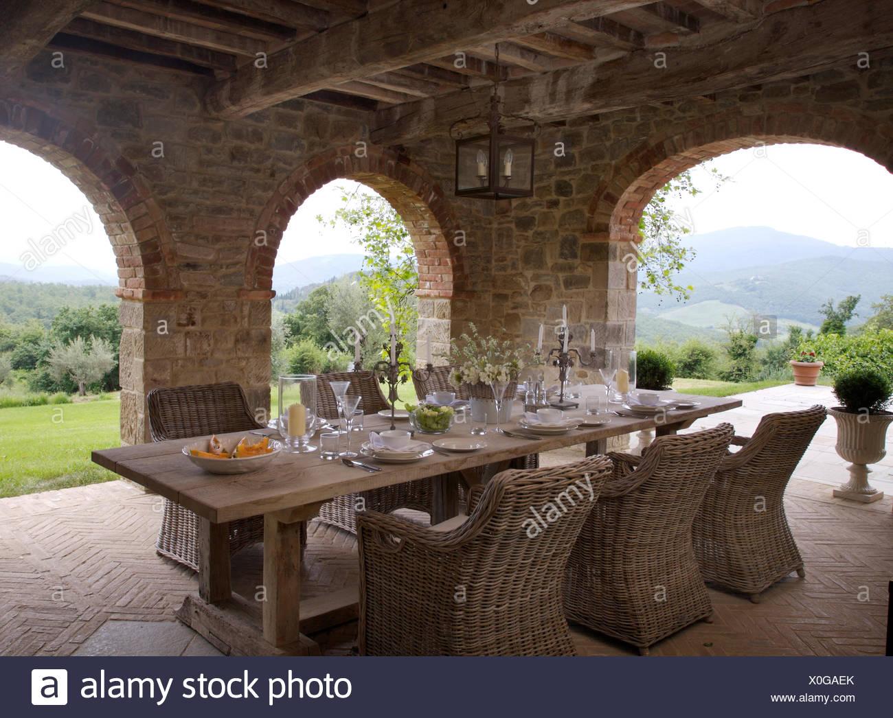 https www alamyimages fr fauteuils en rotin table en bois rustique a definir pour le dejeuner sur la veranda de la villa italienne avec vue sur la campagne image275725371 html