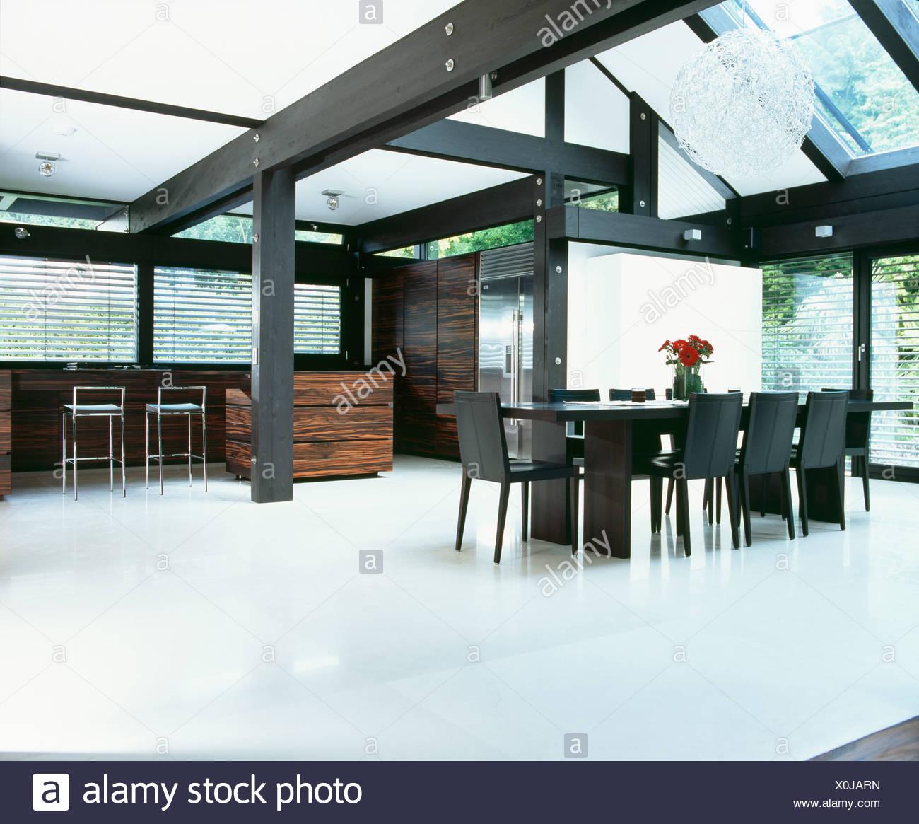 https www alamyimages fr parquet et poutres blanc noir blanc dans une grande salle a manger avec table et chaises noir image275769529 html