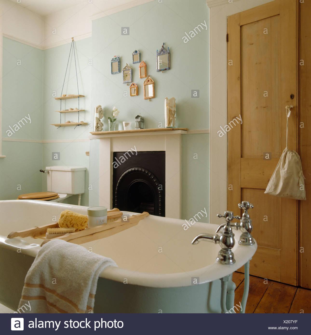https www alamyimages fr une baignoire en bois avec baignoire rack en vert pale salle de bains avec placard et pin blanc petite cheminee image276601459 html