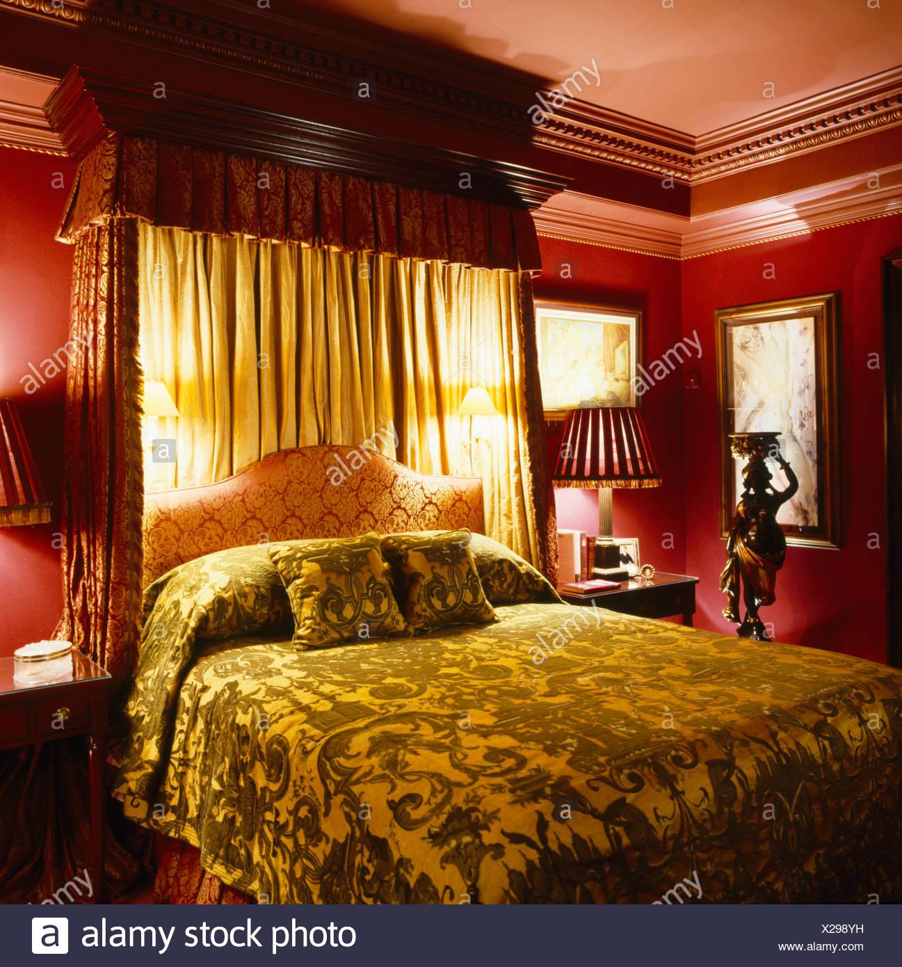 https www alamyimages fr couvre lit a dais de velours sur lit avec rideaux creme et appliques en chambre rouge fonce image276799813 html