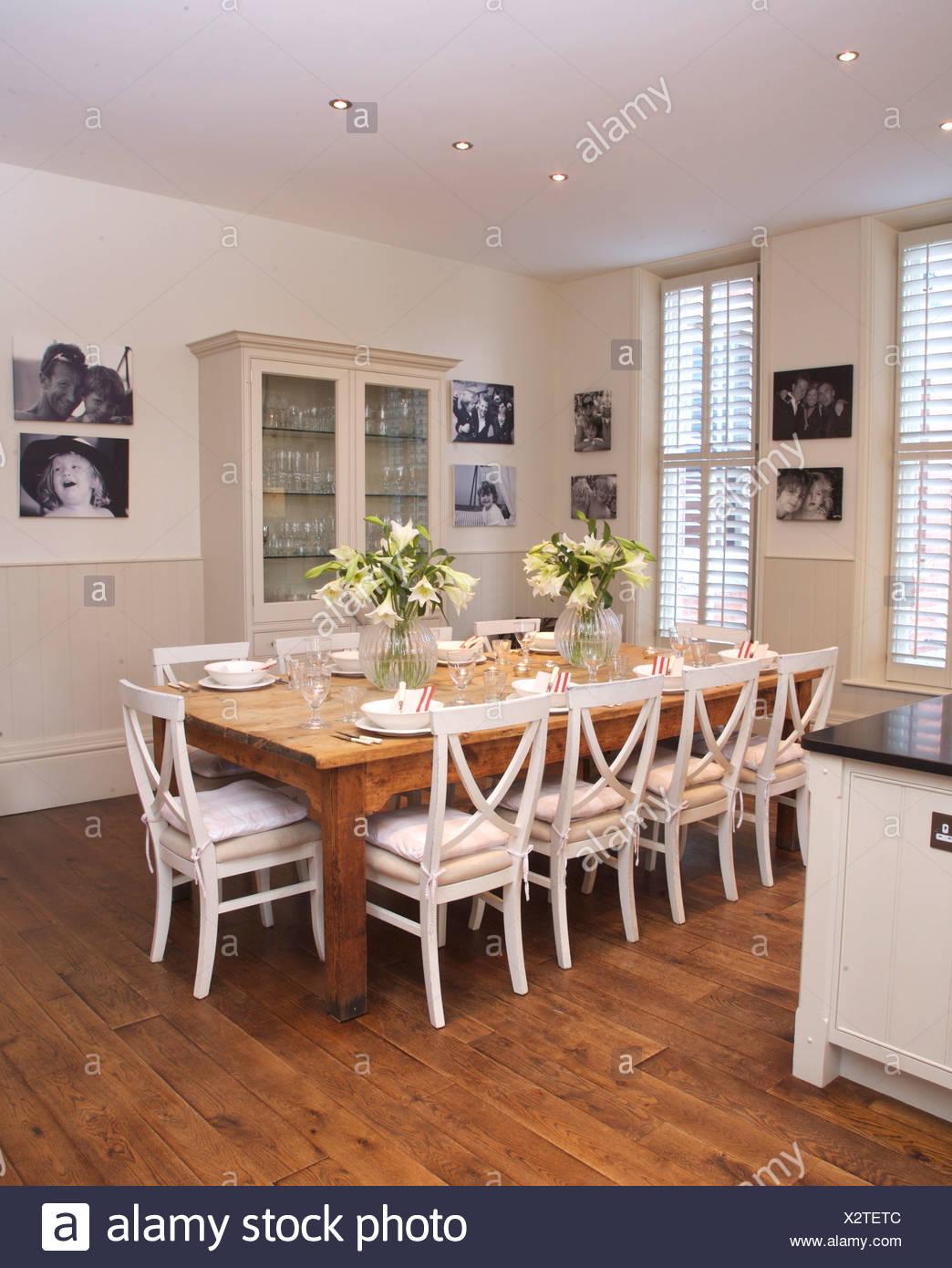 https www alamyimages fr chaises blanches a table simple en bois blanc moderne en cuisine salle a manger avec parquet et noir blanc des photographies image277133708 html