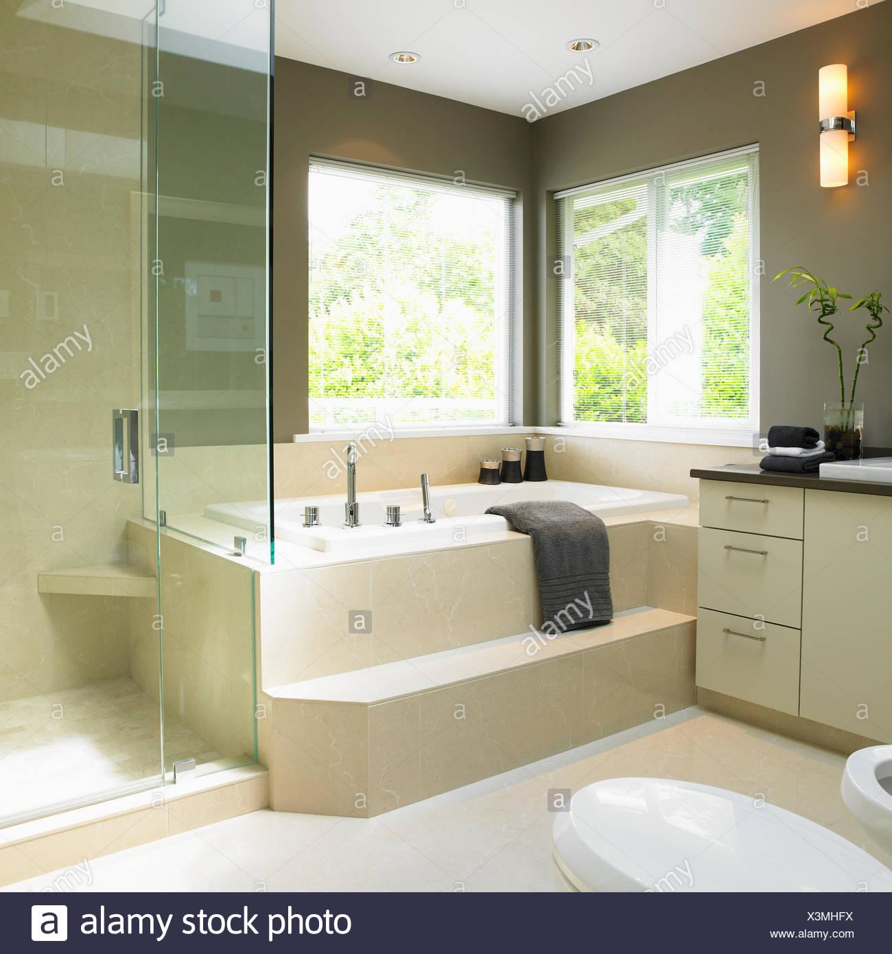 https www alamyimages fr creme et taupe salle de bains avec baignoire profonde victoria vancouver island british columbia image277662670 html