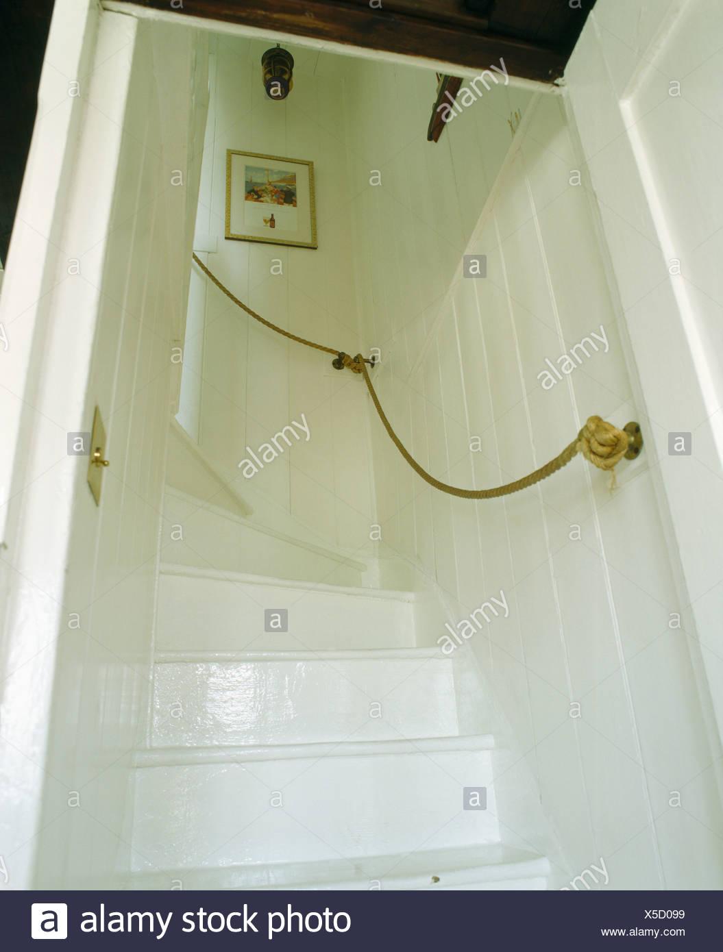 Cottage Avec Escalier Peint En Blanc Une Main Courante De La Corde Sur Le Mur Photo Stock Alamy