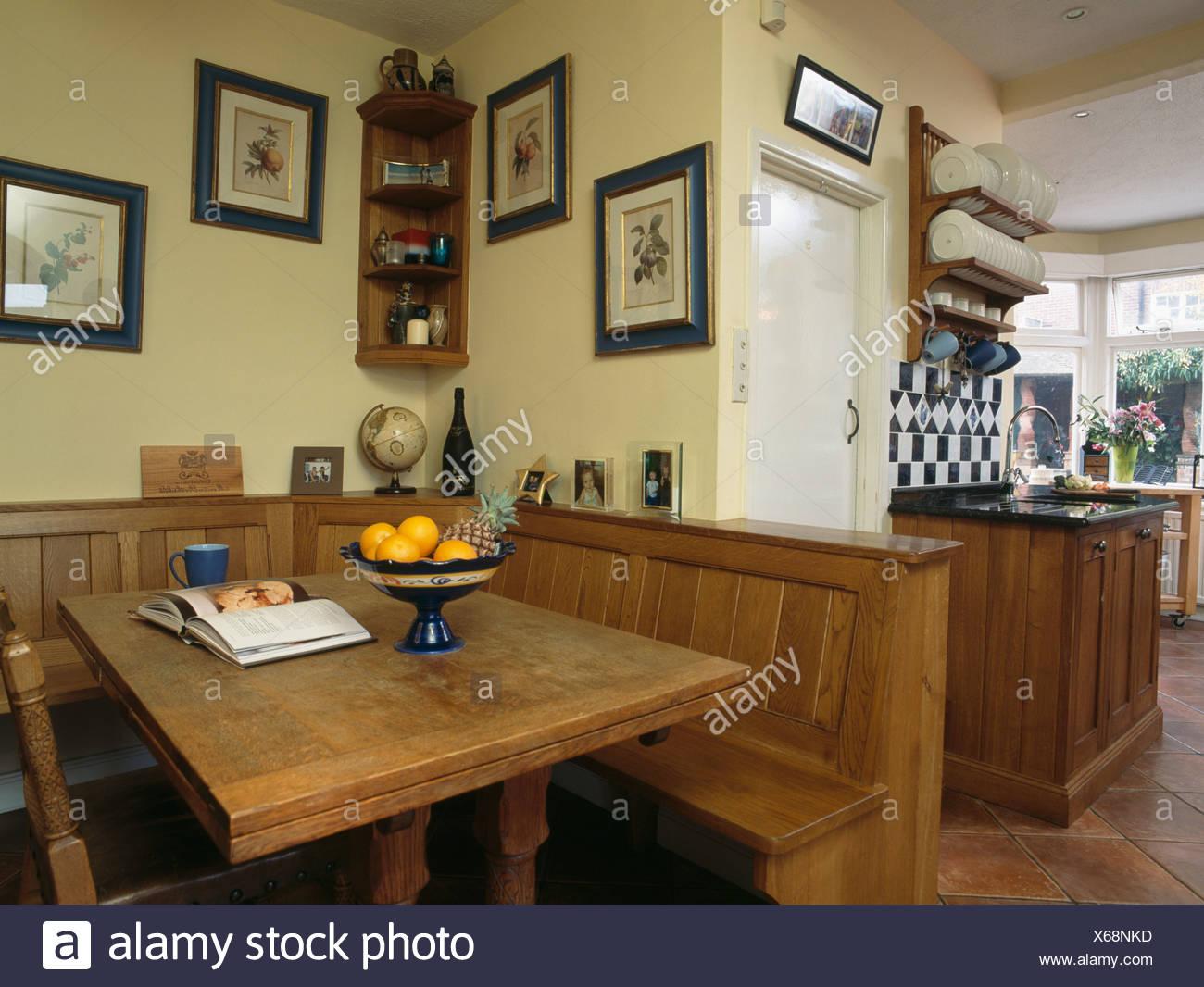 https www alamyimages fr table en bois et monte dans la banquette coin repas de grande cuisine de campagne image279246449 html