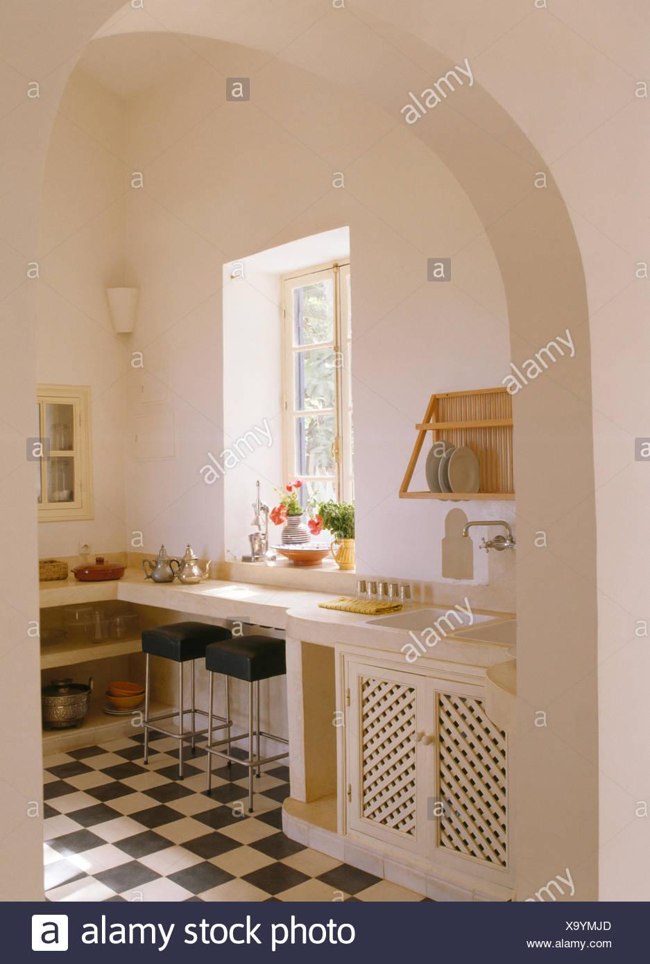 https www alamyimages fr porte voutee au blanc avec cuisine marocaine noir carrelage damier blanc image281506693 html