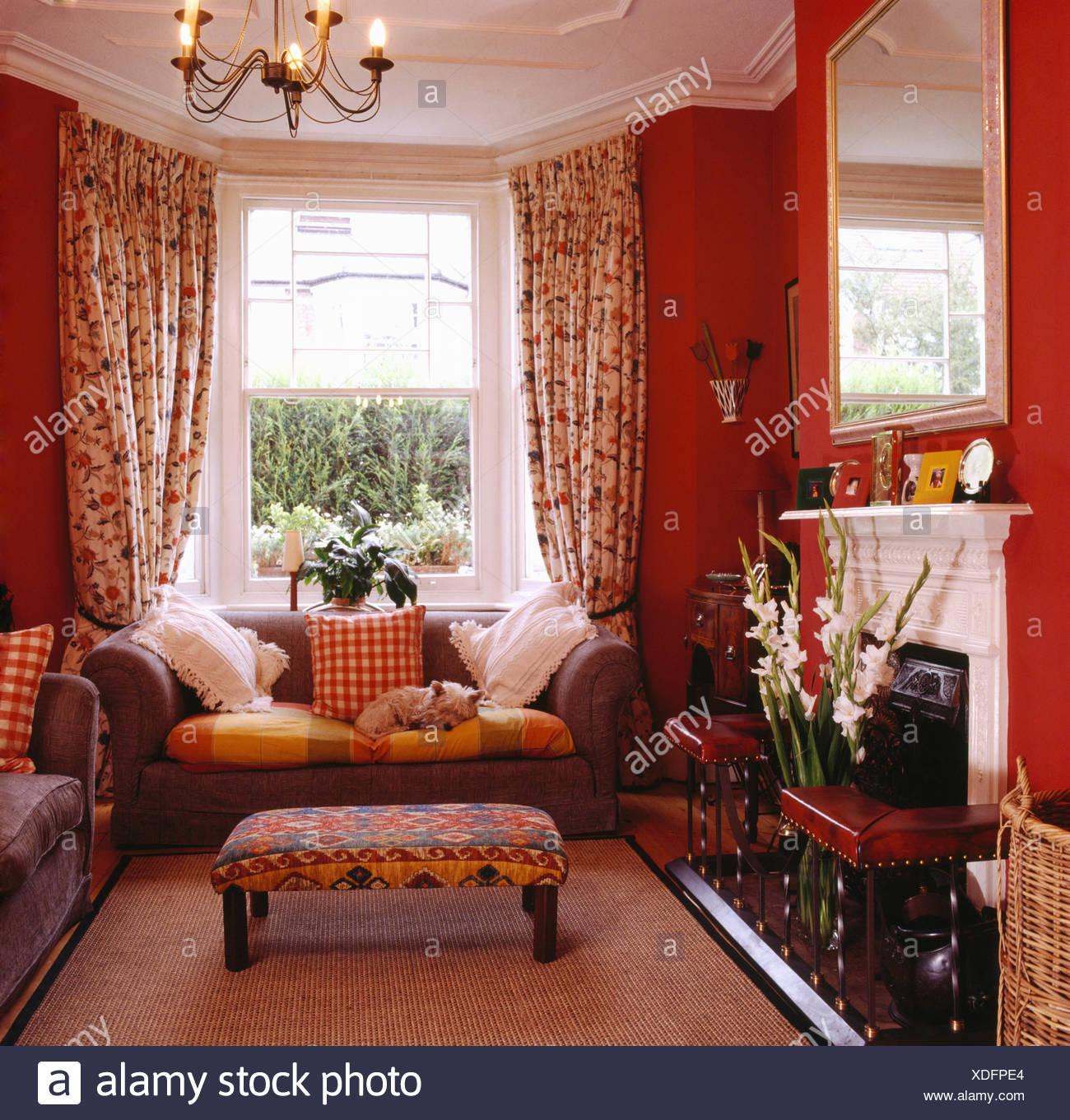 https www alamyimages fr tabouret rembourre et gris canape en face de la fenetre avec des rideaux en rouge annees 80 salon image283703340 html