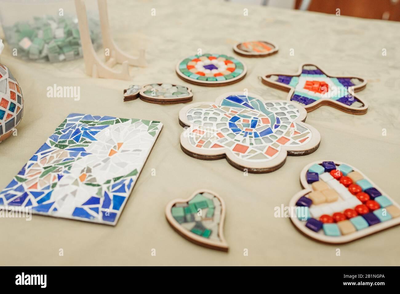 Per la casa mi diverto a realizzare anche le storie d'argilla, piccoli. Hobby E Hobby Raccogliendo Dipinti E Oggetti Da Mosaici Di Ceramica Colorati In Piccoli Pezzi Foto Stock Alamy