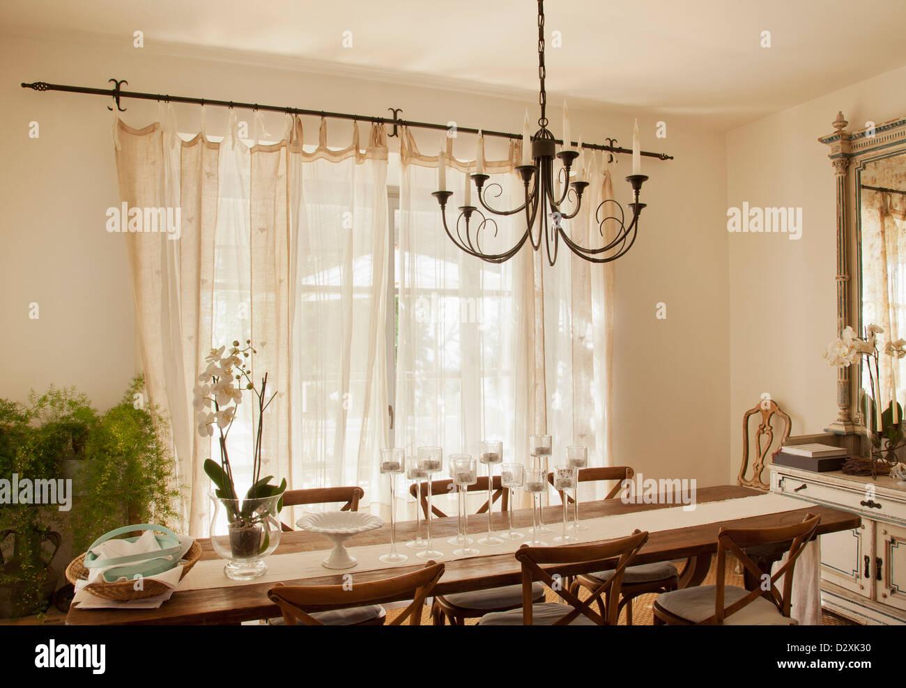 Lo trovi oggi in promozione su lightinthebox.com! Lampadario Su Tavolo Da Pranzo Foto Stock Alamy