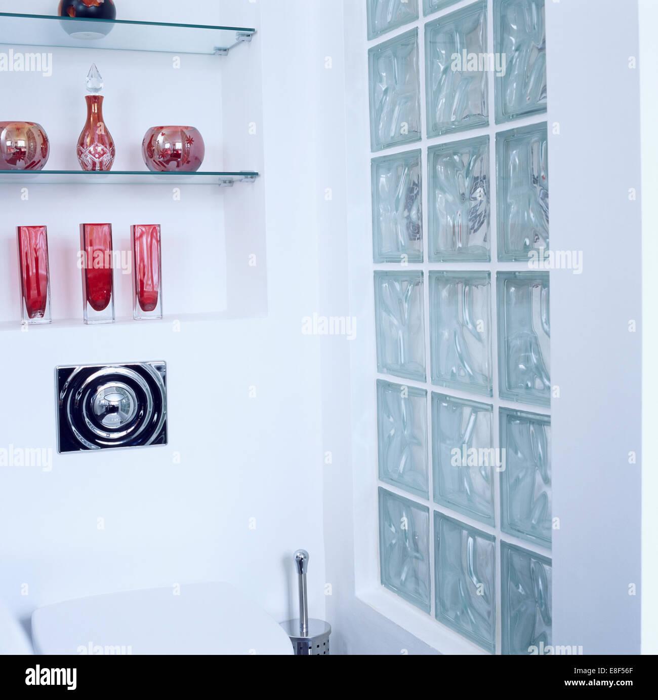 Benvenuto nel reparto di eurobrico dedicato alla vendita di mensole in vetro. Raccolta Di Articoli Di Vetro Colorato Su Ripiani In Vetro Nell Alcova Accanto Al Vetro Della Parete Di Mattoni In Bagno Moderno Foto Stock Alamy