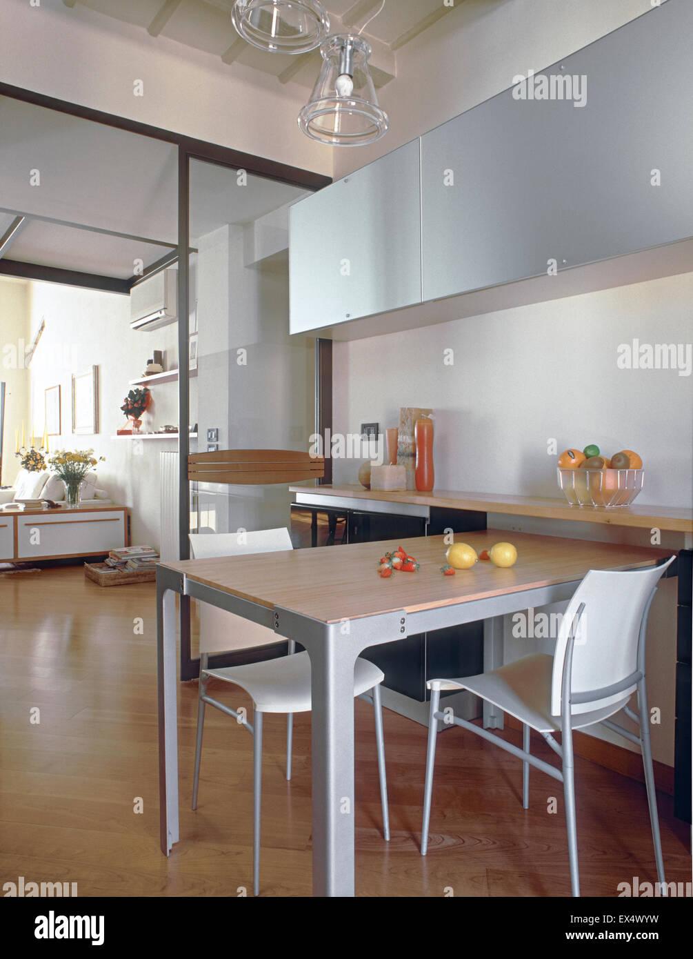 Il soggiorno con cucina a vista è una soluzione che piace sempre di più e che da alcuni anni troviamo in. Vista Interna Della Cucina Moderna Che Si Affaccia Sul Soggiorno Con Pavimento Di Legno In Primo Piano Il Tavolo Da Pranzo Foto Stock Alamy
