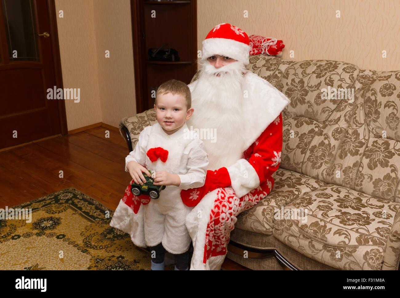 Struttura magica e accogliente da visitare almeno una volta nella vita! Babbo Natale E Venuto A Visitare E Portato Il Ragazzo Un Regalo Foto Stock Alamy