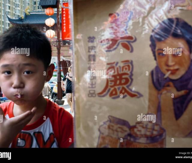 Un Bambino Cammina Nei Pressi Di Un Annuncio Nella Citta Antica Shanghai Cina La Citta Vecchia Di Shanghai Shanghai Lao Chengxiang Als