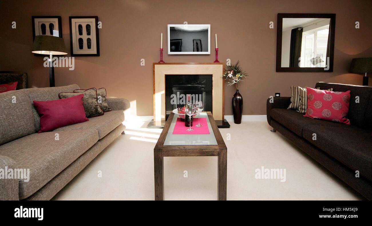 Per questo è necessario che mobili difficili da pulire, es. Arredamento Moderno Salotto Con Divani Bassi In Marrone E Beige Camino Luminoso Cuscini Foto Stock Alamy