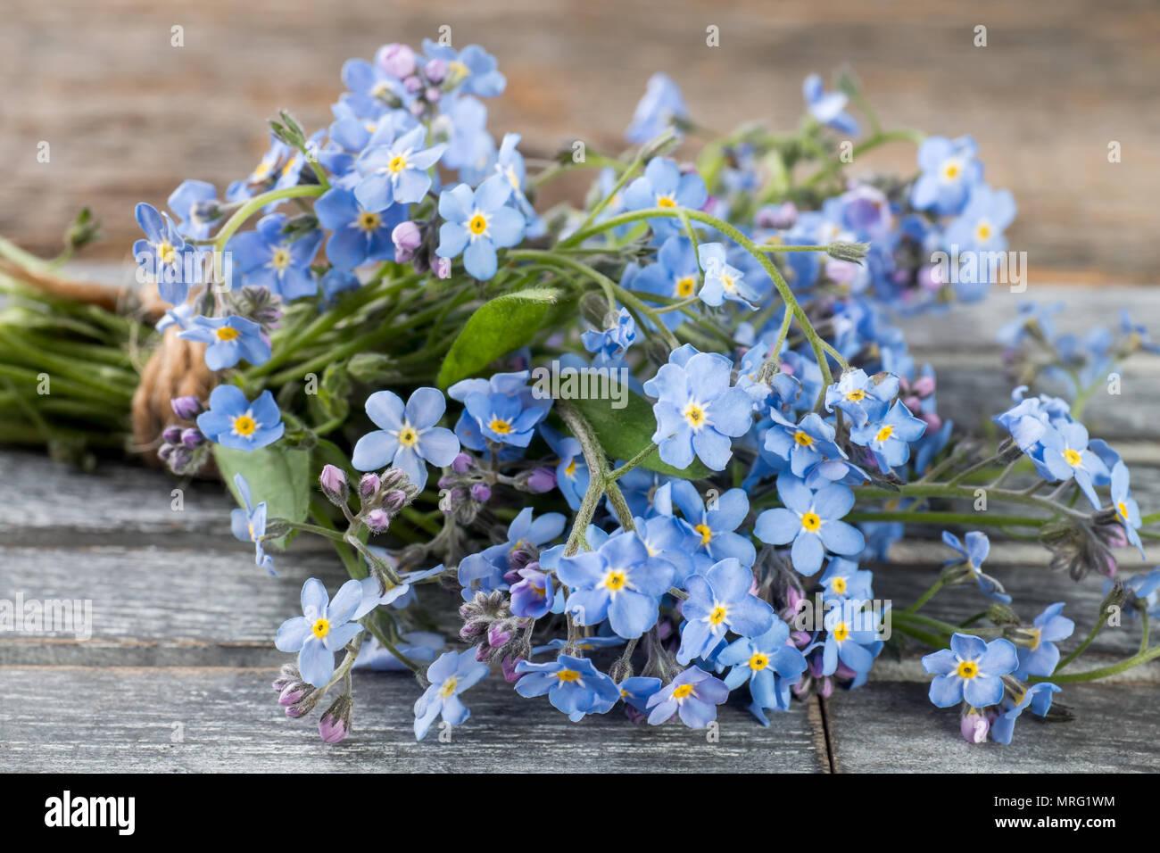 Non Ti Scordar Di Me Bouquet Di Fiori Su Grigio In Legno