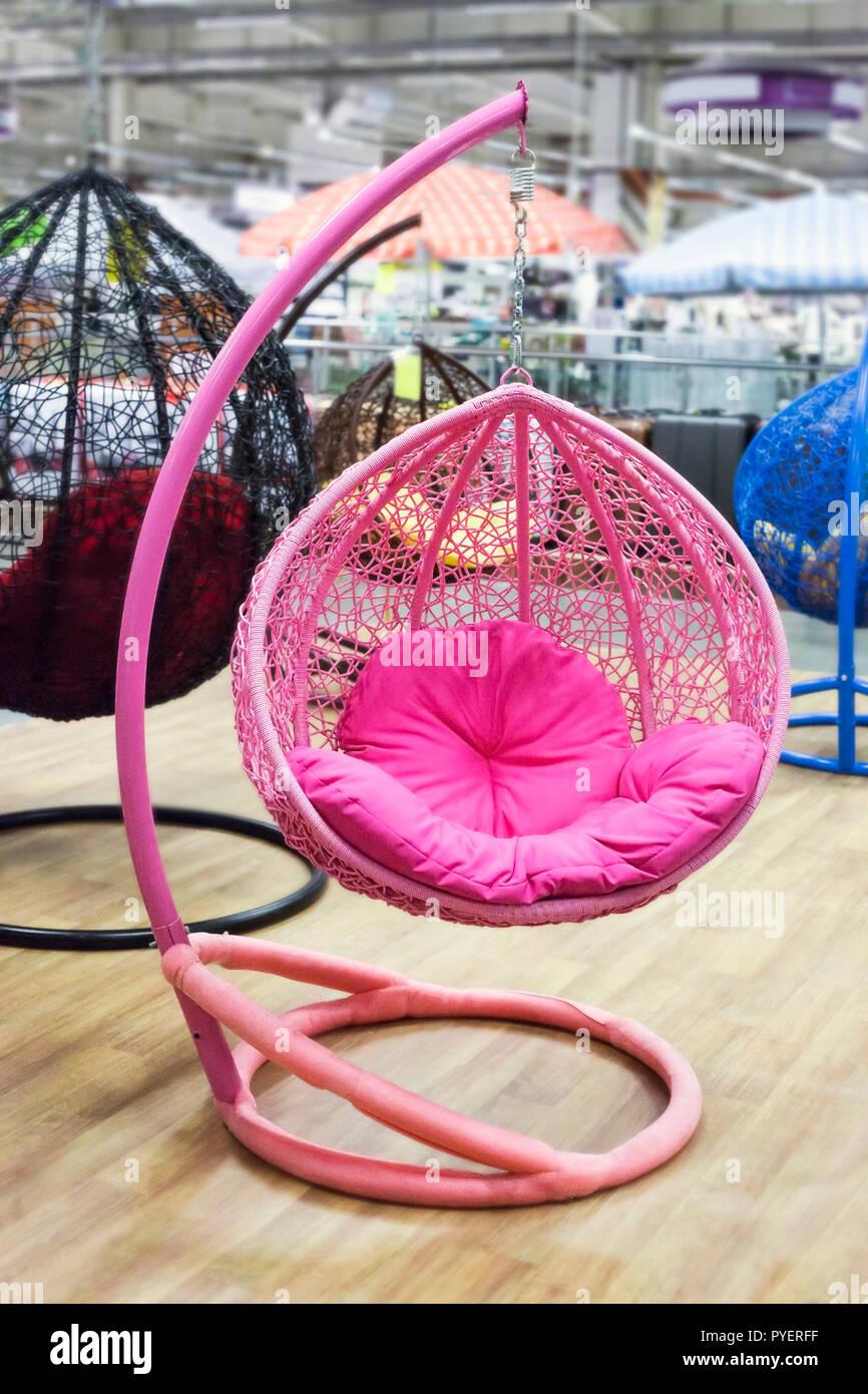 Sedia a dondolo da cortile. La Resina Rosa Appeso In Vimini Sedia A Dondolo Shopping Mall Il Negozio Di Arredamento Interno Foto Stock Alamy