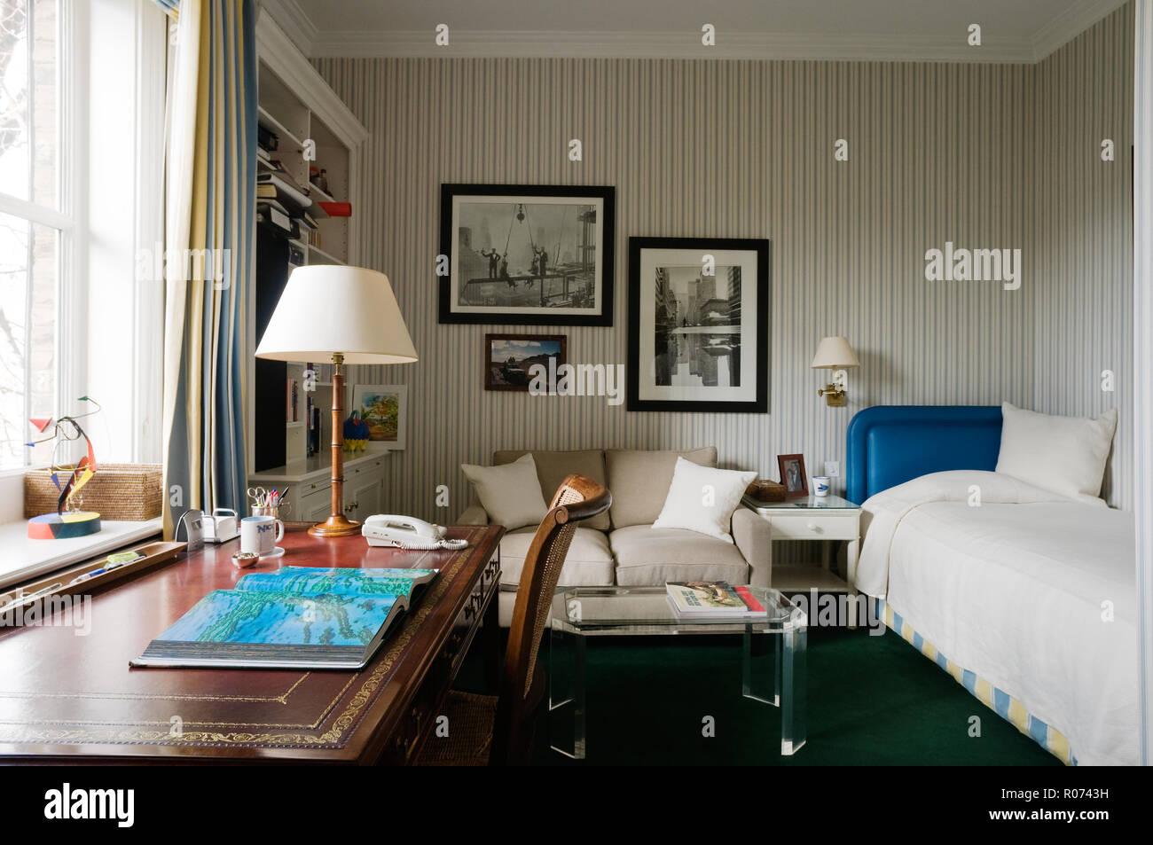Camera da letto matrimoniale moderna andalusia. Camera Da Letto Matrimoniale Con Scrivania E Divano Foto Stock Alamy