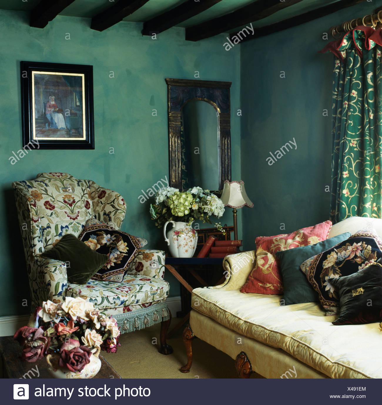 Il verde è tra i colori per le pareti del soggiorno più amati dagli interior designer nell'ultimo. Foto Sulla Parete Sopra L Ala Modellato Sedia In Verde Scuro Cottage Soggiorno Con Ad Effetto Spugna Pareti Dipinte Foto Stock Alamy