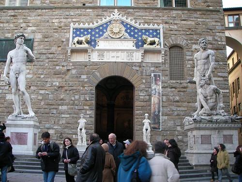 Fachada principal del Palazzo Vecchio con la réplica de El David de Miguel Ángel y Hércules y Caco, en la Piazza della Signoria. ViajerosAlBlog.com.