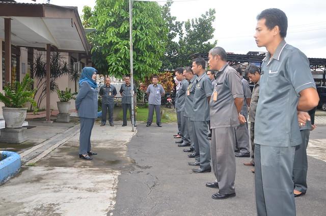 Suasana apel pagi di KPU Tulungagung(5/12)