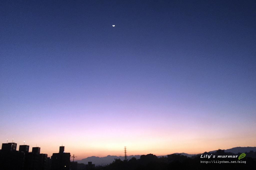清晨窗外的日出風景。