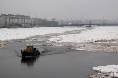 Looking downstream to Дворцо́вый мост (Palace Bridge)