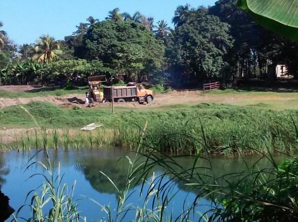 La pala mecanica del hermano del sindico llena el camion de Confesor Guzman, depredador reconocido de los rios