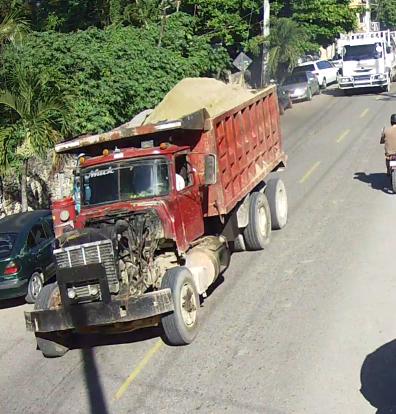Camion en muy mala condicion andan en la pista poniendo la vida de gente en peligro