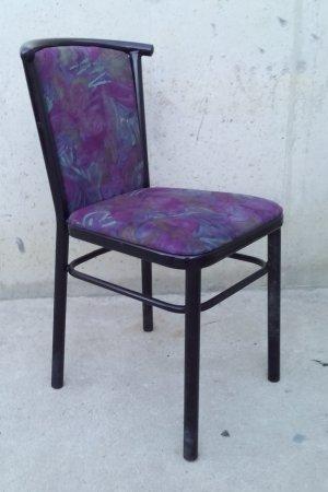 Cadira metàl·lica negra tapissada