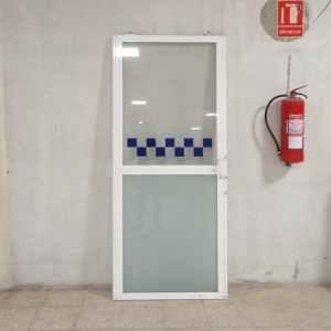 Porta corredissa de segona mà feta en PVC i vidre en venda a cabauoportunitats.com Balaguer - Lleida - Catalunya