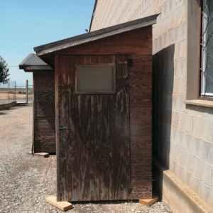 Caseta de fusta nova, utilitzada d'exposició amb desgast per l'ús en venda a cabauoportunitats.com Balaguer - Lleida - Catlaunya