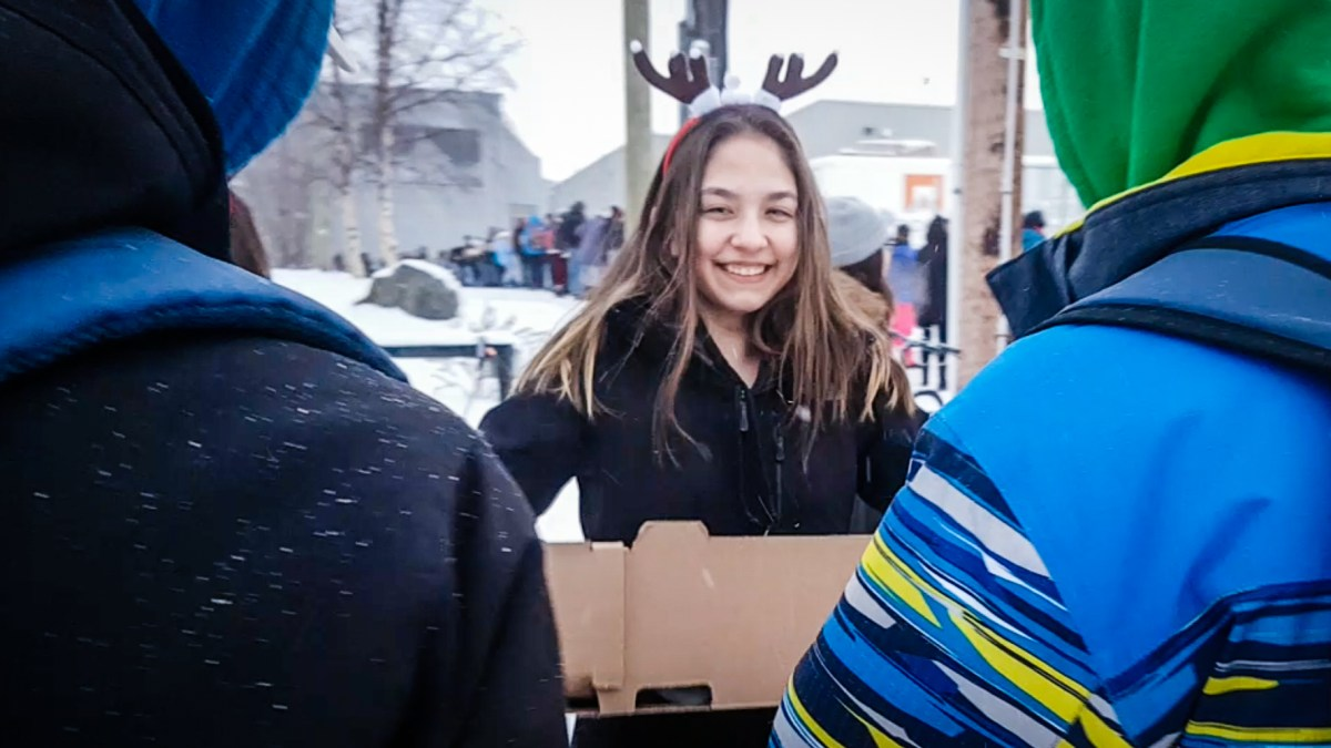 Yellowknife students form food drive human chain in minus-30