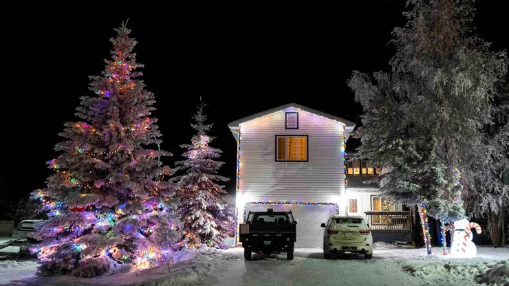 Yellowknife Christmas lights: Excellent tree and house synergy at Wong Court.