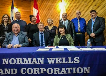 DIgnitaries pose at the signing of the Sahtu Dene and Métis agreement-in-principle in January 2019
