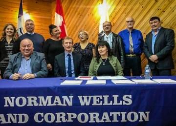 DIgnitaries pose at the signing of the Sahtu Dene and Métis agreement-in-principle in January 2019