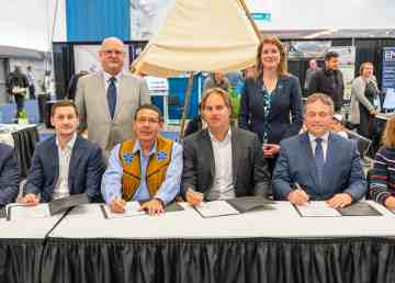 Signatories to an agreement between Det'on Cho and Cheetah at Roundup 2020