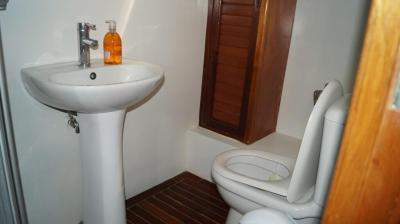 90ft-galeon-bathroom2
