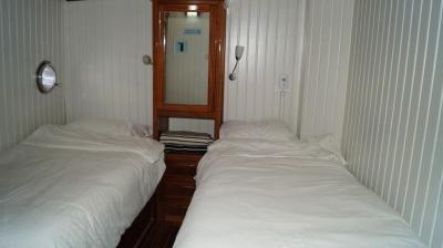 90ft-galeon-bedroom