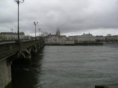 Vista de Baiona, con la catedral al fondo, desde las orillas del Río Aturri