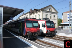 Zugkollision auf der Strecke Palézieux-Payerne fordert ein Todesopfer und fünf Schwerverletzte (Bild: RBDe 562 (links) und RBDe 560 Domino im Bahnhof Payerne)