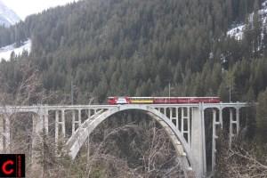 """Der """"Arosa Edelweiss Express"""" auf dem Langwieser Viadukt"""