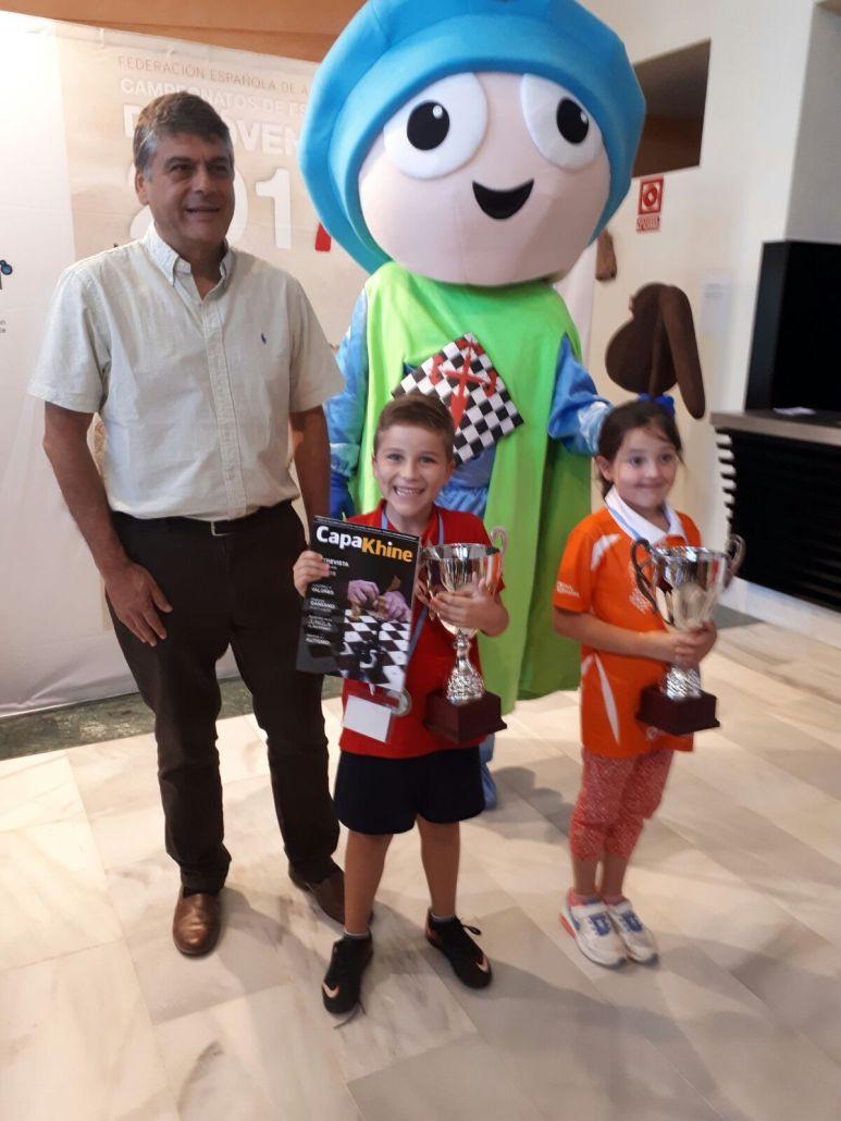 Campeones Sub08 junto a Javier Ochoa, presidente de la FEDA