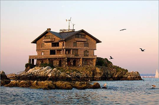 Clingstone, a cedar-shingled house built in 1905 and currently owned by retired Boston architect Henry Wood, stands on a rock in Rhode Island's Narragansett Bay.
