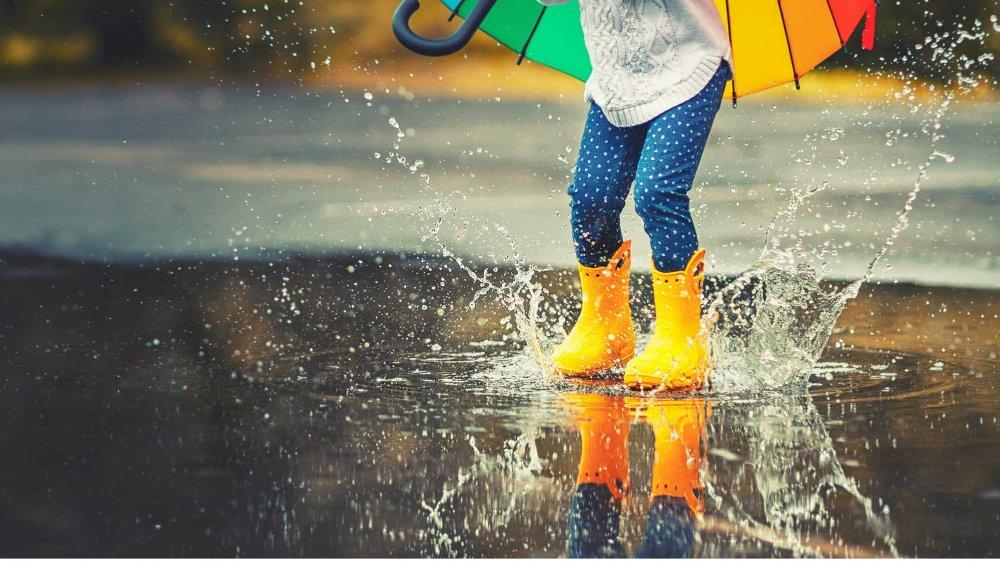 quand il pleut il n est pas toujours simple d occuper les enfants pour vous donner un coup de pouce magicmaman vous propose 5 activites a faire avec les