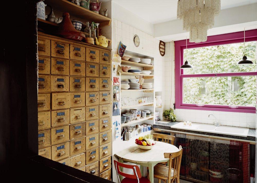 une petite cuisine a la fenetre rose
