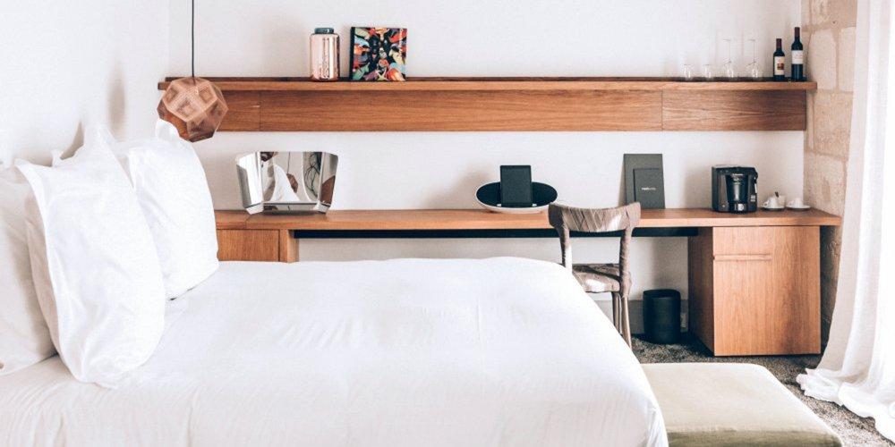 une petite chambre peut provoquer bien des tourments en matiere d amenagement de l espace or coloree ou epuree la chambre petite se veut au final aussi