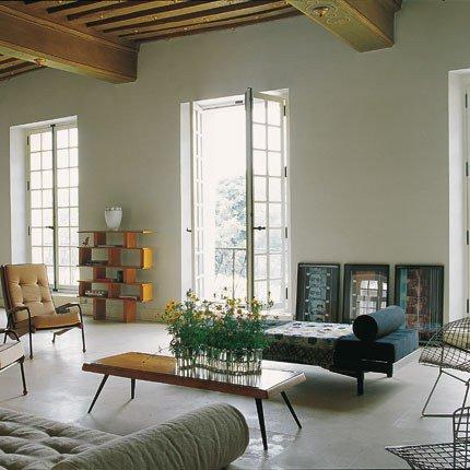 grand salon avec mobilier vintage sur sol en dalles de pierre dans l