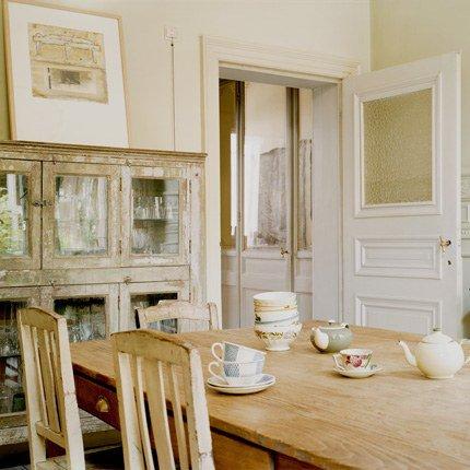 photo salle a manger aux murs blancs meubles chines et vaisseliers pakistanais dans maison d