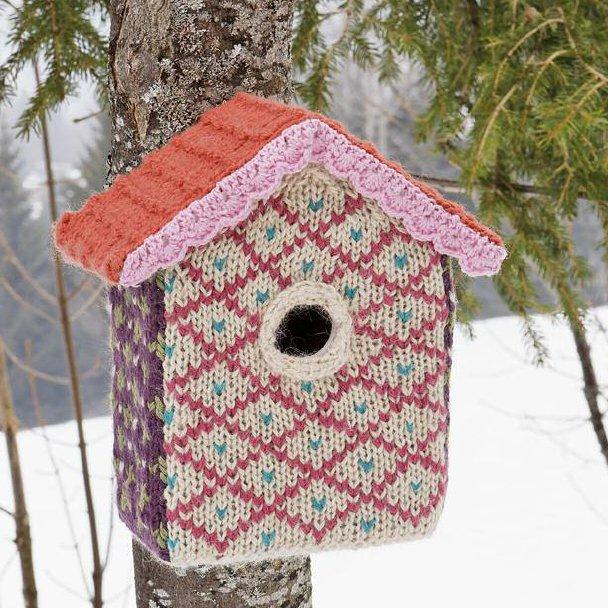 Nichoir à oiseau enveloppé d'un manteau tricoté en laine multicolore