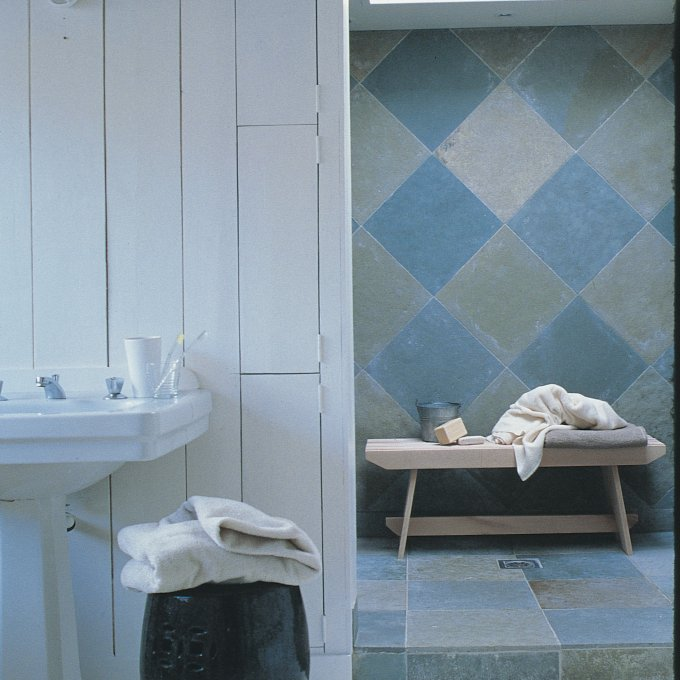 salle de bains bleue a l ancienne